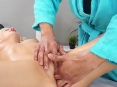 Wondrous blonde has never suspect that a massage can be so nice