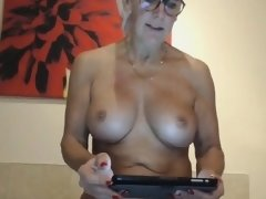 Mature webcam lady masturbates