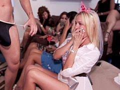 Sucer une bite, Mariée, Club, Mignonne, Groupe, Fille latino, Public, Se déshabiller