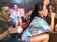 Homme nu et filles habillées, Mignonne, Dansant, Robe, Faciale, Mère que j'aimerais baiser, Fête, Timide