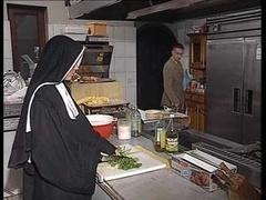 Немки, На кухне, Монашка
