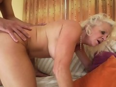 Mature woman is happy to deal with a younger fucker