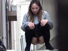 Asian teens squirt pee