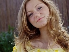 18 ans, Blonde, Mignonne, Innocente, Maigrichonne, Solo, Se déshabiller, Adolescente