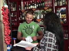 Geile Mutti wird vom Jungspund in Bar gefickt