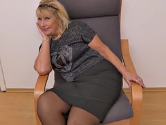 european gilf ellis shine fingers her old pussy